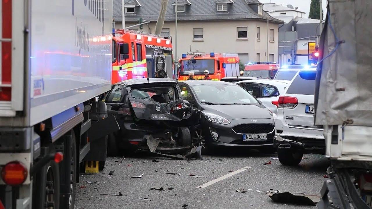 Теракт в Германии - грузовик протаранил легковые автомобили
