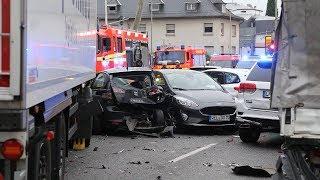 В немецком Лимбурге грузовик протаранил автомобили на светофоре