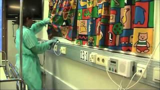 Kosketuseristyshuoneen tasopintojen pyyhintä
