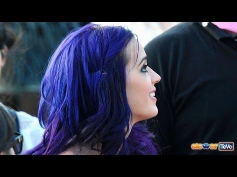 Katy Perry: Pelo Indigo y Bailando Con Rihanna
