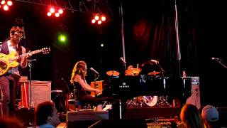 "Sara Bareilles performs ""Gotta Get Over You"" in Las Vegas"