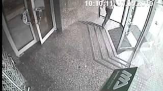الباب,كان,مفتوح