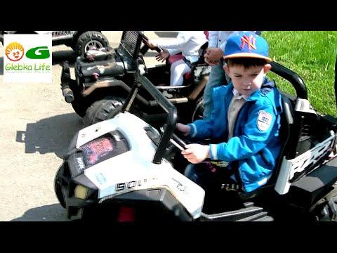 Детский парк: детские машинки, аттракционы, не детское оружие и животные.