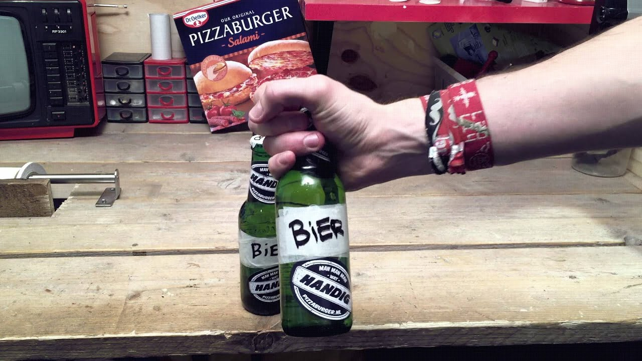 Met één hand bier openmaken - man man man wat handig!