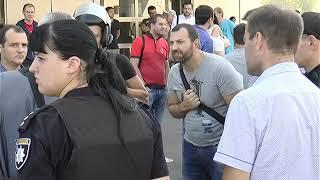 Сотрудников автосалона на Шевченко встретили люди с автоматами