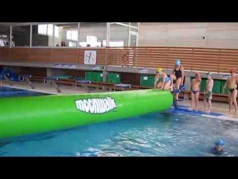 Inflables piscina municipal de roses youtube for Piscina roses