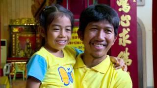 รายงาน ชาวไทย จีนพร้อมใจใส่เสื้อเหลือง เข้าวัดทำบุญ ถวายแด่ในหลวง ค่ำ051215