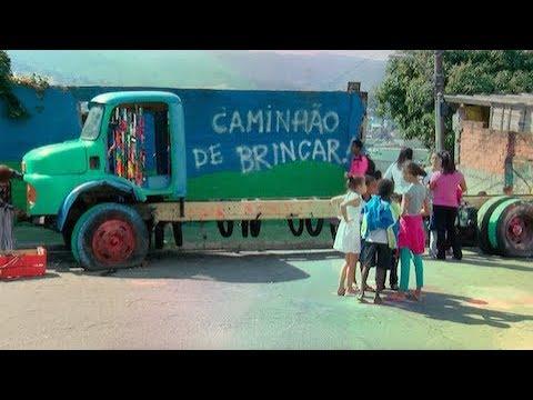 Moradores transformam caminhão abandonado em lazer para crianças em São Paulo