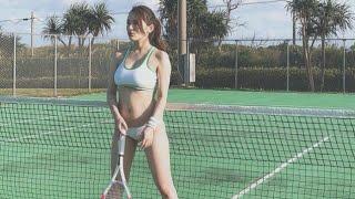 グラビアアイドルの都丸紗也華が26日、テニスコートでのセクシーなショ...