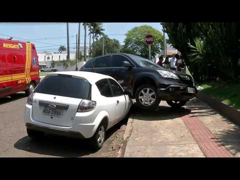 Carro invade preferencial, é atingido na lateral e cai em cima de outro estacionado