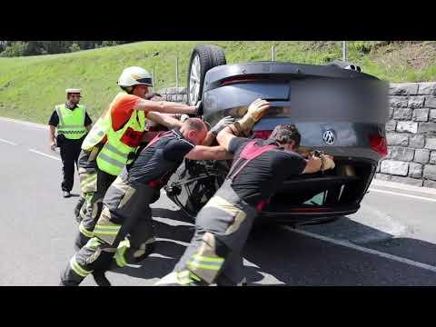 unfall-in-krumbach---auto-landet-auf-dach