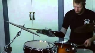 Malgré son handicap, un batteur continue de vivre sa passion pour la musique grâce à la technologie