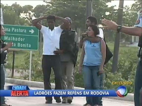 Bandidos fazem reféns no meio de rodovia em Sergipe