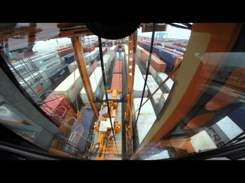 Straddle carrier APM Terminals Gothenburg