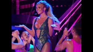 Бритни Спирс вышла на сцену в купальнике