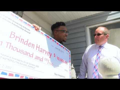 CMSD CEO presents student with $10,000 Green-Garner Award Scholarship