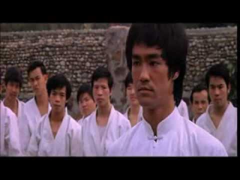 Сцена поединка Брюса Ли с Охарой Остров дракона 1973)