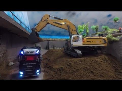 Siku control Bagger arbeitet im neuen Steinbruch
