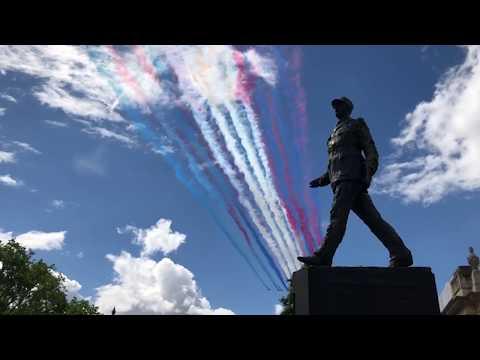 80 ans de l'appel du 18 juin : Survol de Paris des Red Arrows et de la Patrouille de France