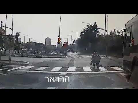 הילד התפרץ לכביש, אמו קפצה אל הכביש והגנה עליו בגופה
