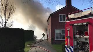 Uitslaande schuurbrand achter woning in Drogeham