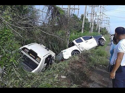 กูบอกมึงแล้ว วินาทีสุดท้ายก่อนรถเกิดอุบัติเหตุ กระบะแข่งกันหักหลบรถพ่วงลงข้างทาง 07/09/57 HD