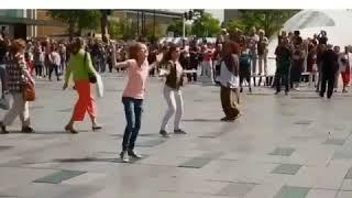 فجأة يتحول اكبر شوارع هولندا الى ساحة رقص على اغنية واكا واكا شاكيرا wakawaka chakira شاهد الحماس ❤