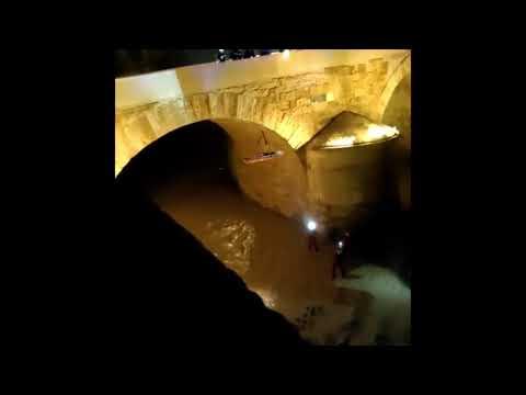 Rescate de un hombre que se había precipitado en el Puente Romano