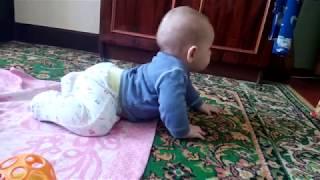 Учим ребенка ползать.Что умеет ребенок в шесть месяцев. развитие.сидим. ползаем