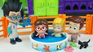 PJ MASKS Heróis de Pijama Bebês na Piscina Tentando Escapar do Romeu