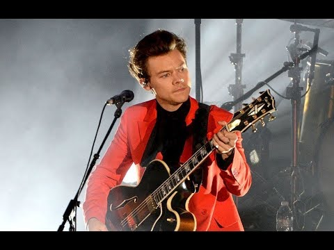 Harry Styles sings Happy Birthday to his mom with the crowd