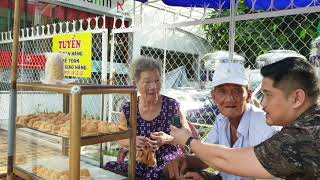 Cuộc sống_Vợ chồng già 90tuoi hạnh phúc bán bánh bông lan vỉa hè