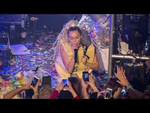Miley Cyrus - I Forgive Yiew Live The Milky Milky Milk Tour Detroit