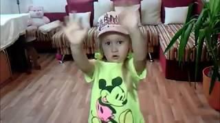 Малышка танцует под песню ДЕСПАСИТО//DESPACITO//