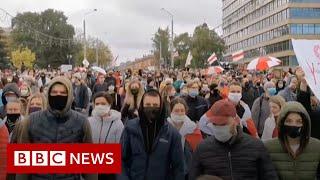 Police attack anti-Lukashenko protesters with stun grenades in Belarus - BBC News