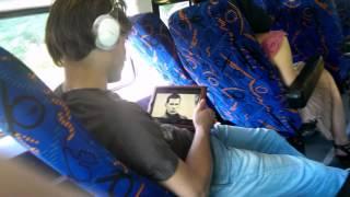 Чувак с планшетом смотрит фильм об Айроне!