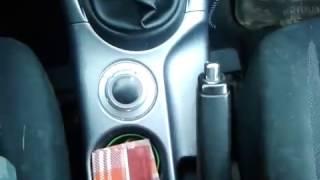Видео: Как поставить Mitsubishi Outlander XL на ручник и снять с ручного тормоза?
