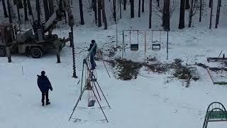В Екатеринбурге ставят забор на детской площадке