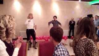 Танец-поздравление от друзей на свадьбе.