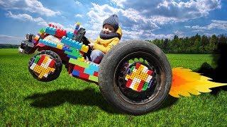 Весёлый Лёва Играет с Большой машинкой ремонтирует колесо