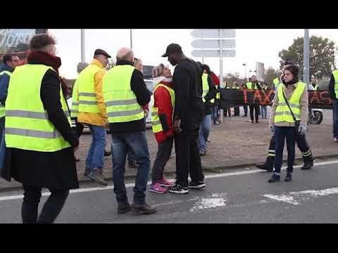 Gros clash entre automobilistes et gilets jaunes ! Seul contre une centaine de manifestants