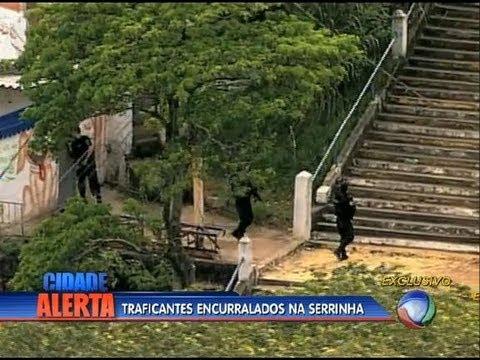 Polícia faz operação no morro da Serrinha (RJ)