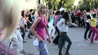 Танцевальный флешмоб на набережной в Волгограде 05.05.2012(Официальное видео танцевального флешмоба 5го мая на набережной Волгограда. Автомобильная компания АГАТ..., 2012-05-08T10:50:44.000Z)