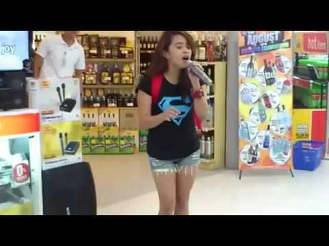 Uma menina qualquer no karaokê cantando Whitney Houston