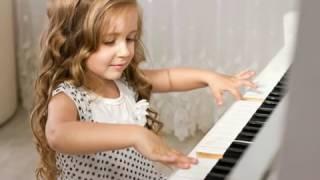 Девочка играет на рояле. Автор Сергей Доскач