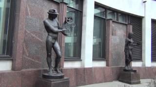 Скульптура ''Механика'' у входа в Российскую Национальную Библиотеку. Санкт-Петербург