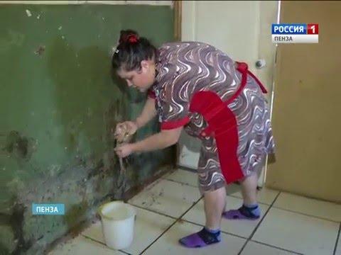 Жители многоэтажного дома Пензы три года ждут замены прохудившейся водосточной трубы