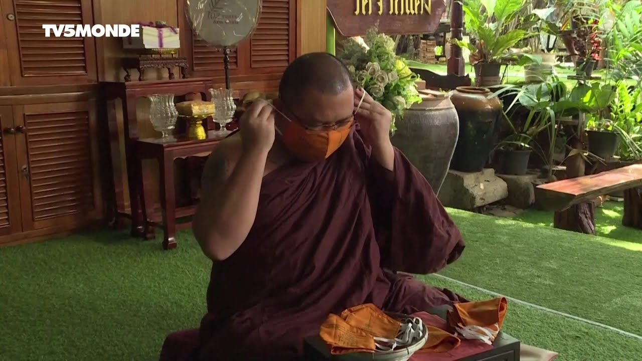 Coronavirus en Thaïlande : des moines bouddhistes fabriquent des masques