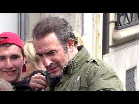 Jean Dujardin court comme un fou pour eviter les selfies a Paris !!!