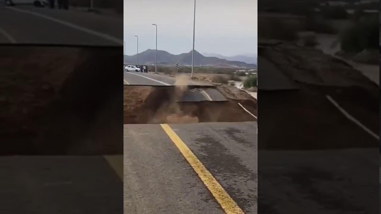 لحظة انهيار طريق في السعودية بسبب قوة الامطار و السيول